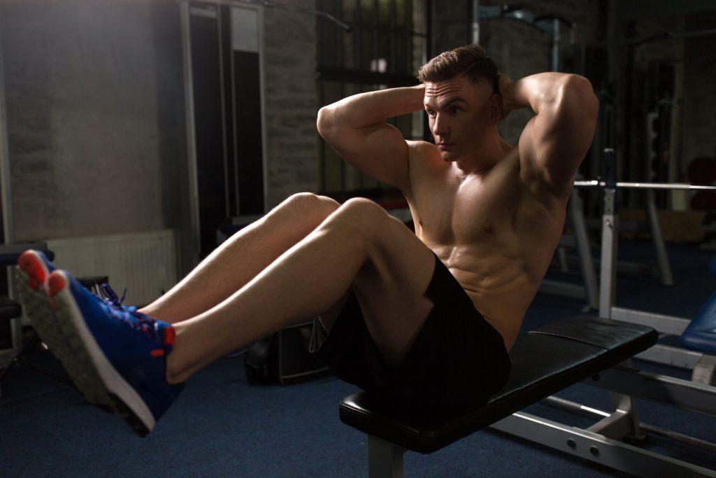 Exercice pour muscler les abdominaux avec un banc